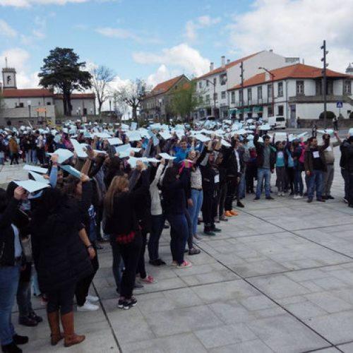 Oliveira do Hospital formou laço azul humano contra os maus tratos infantis