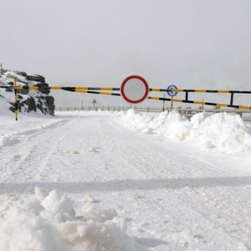 Neve corta acesso ao maciço central da Serra da Estrela
