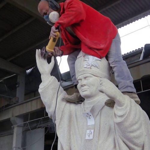 Últimos pormenores da estátua de S. João Paulo II
