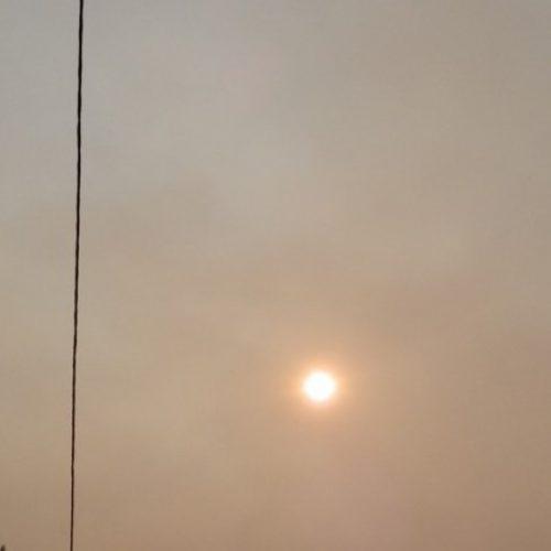 Incêndios lavram na região, ameaçam populações e provocam densa nuvem de fumo