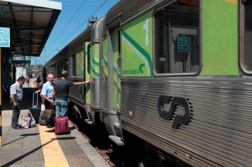 Mulher fica sem as pernas ao sair do comboio em Santa Comba Dão