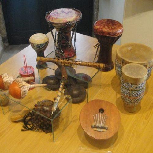 """""""Instrumentos musicais de todo o mundo"""" em exposição no Museu do Brinquedo"""