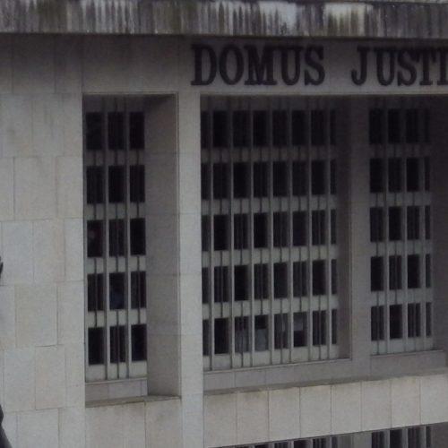 Ajudante da Conservatória de Oliveira do Hospital vai ser julgada por peculato, burla qualificada e falsificação de documento