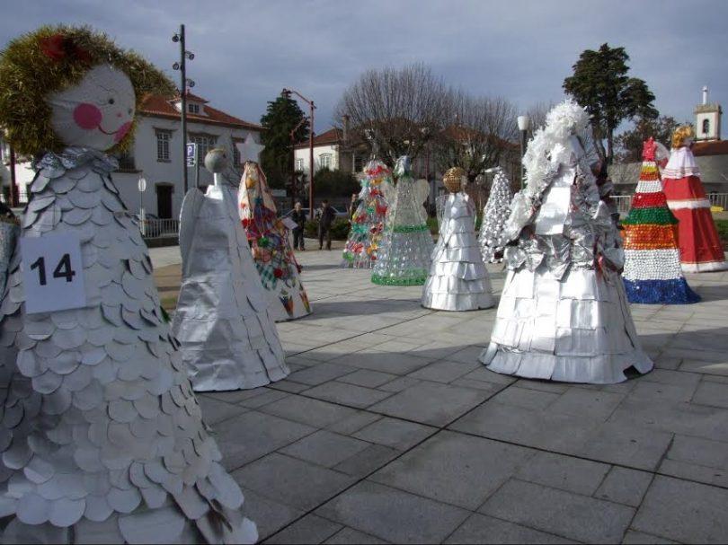 Árvores decoradas em exposição na cidade