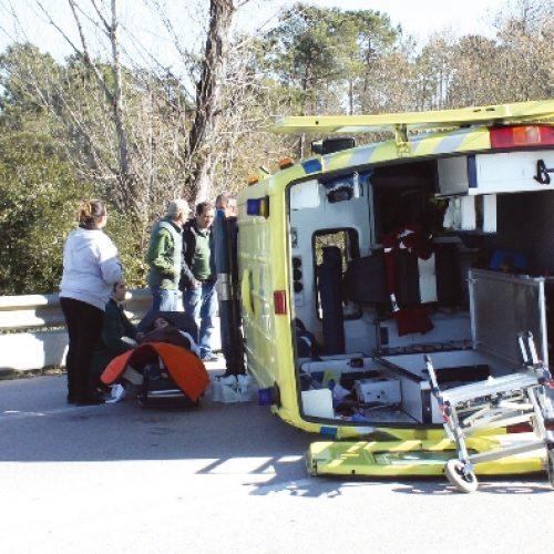 Cinco feridos em acidente com ambulância do INEM