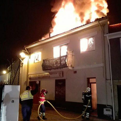 Incêndio em habitação desalojou casal e o filho em Arouca