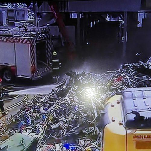 95 bombeiros combatem fogo no parque da Interecycling em Tondela