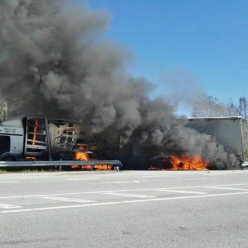 Camião de mercadorias despistou-se e incendiou-se na IP5