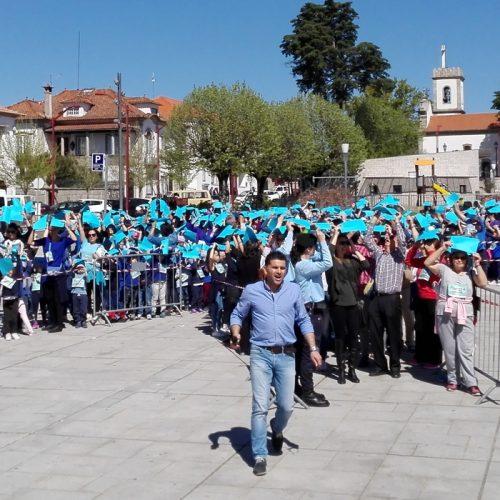 Oliveira do Hospital formou Laço Azul Humano contra os maus tratos na infância