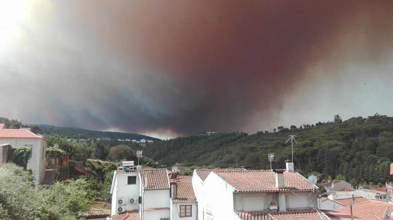 Aldeias evacuadas e seis meios aéreos a combater chamas em Góis