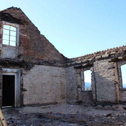 Lesados pelos incêndios exigem recuperação das habitações