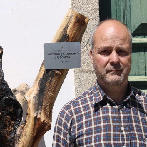 Lesado pelo incêndio expõe oliveiras ardidas em protesto pela falta de apoios