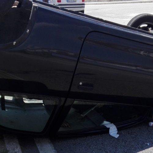 Viatura capotou após colisão na Zona Industrial de Oliveira do Hospital