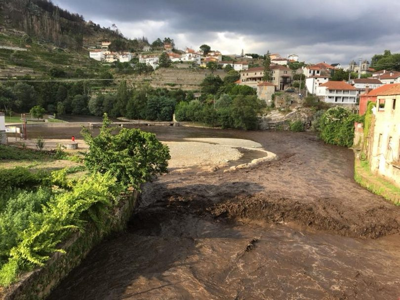 Enxurrada de lama agravou estado da Praia Fluvial de Avô