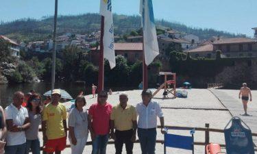 """Praia Fluvial de Avô hasteou bandeiras """"Praia Acessível"""" e """"Praia da Rede de Aldeias do Xisto"""""""