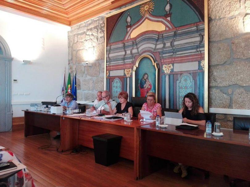 """Assembleia Municipal aprova """"voto de reconhecimento"""" aos oliveirenses pelo esforço na recuperação após incêndio"""