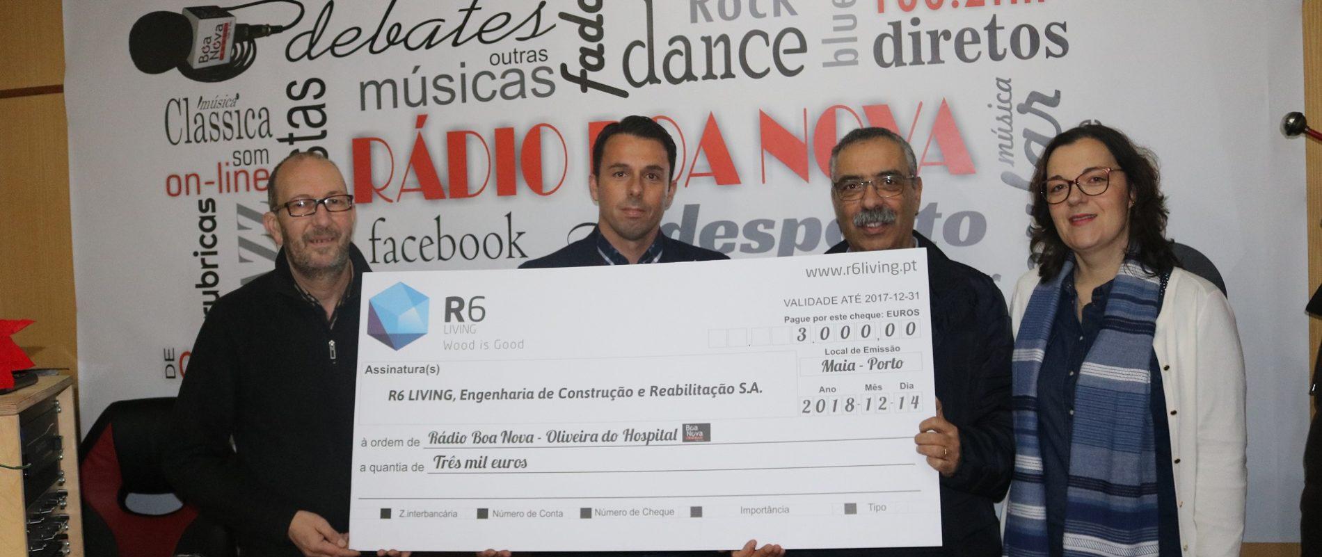 """Empresa """"R6 Living"""" entregou donativo à Rádio Boa Nova numa medida de responsabilidade social"""