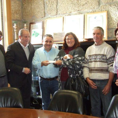 Ator Fernando Mendes entregou donativo a família oliveirense