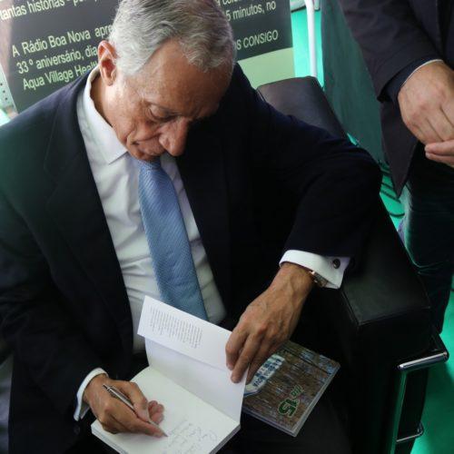"Marcelo Rebelo de Sousa recebeu e autografou livro ""Dia 15"" da Rádio Boa Nova"