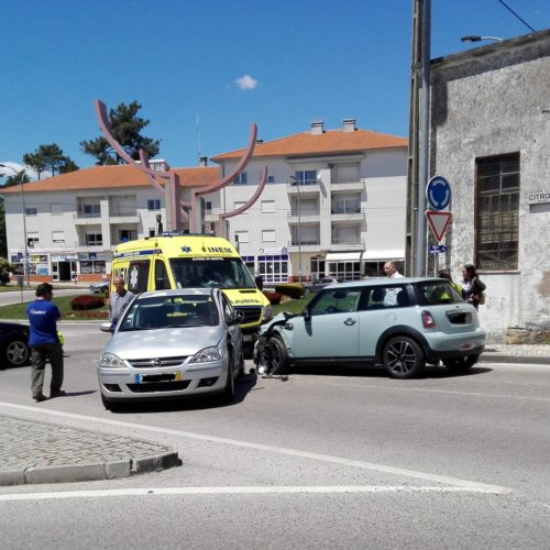 Colisão envolveu três viaturas em Oliveira do Hospital