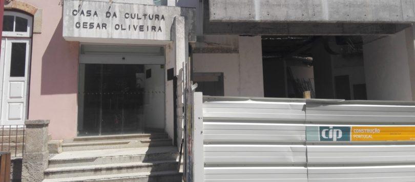 """Atrasos nas obras da Casa da Cultura e Colégio B. G. de Mascarenhas atingiram o """"limite"""". Autarquia vai aplicar coimas"""