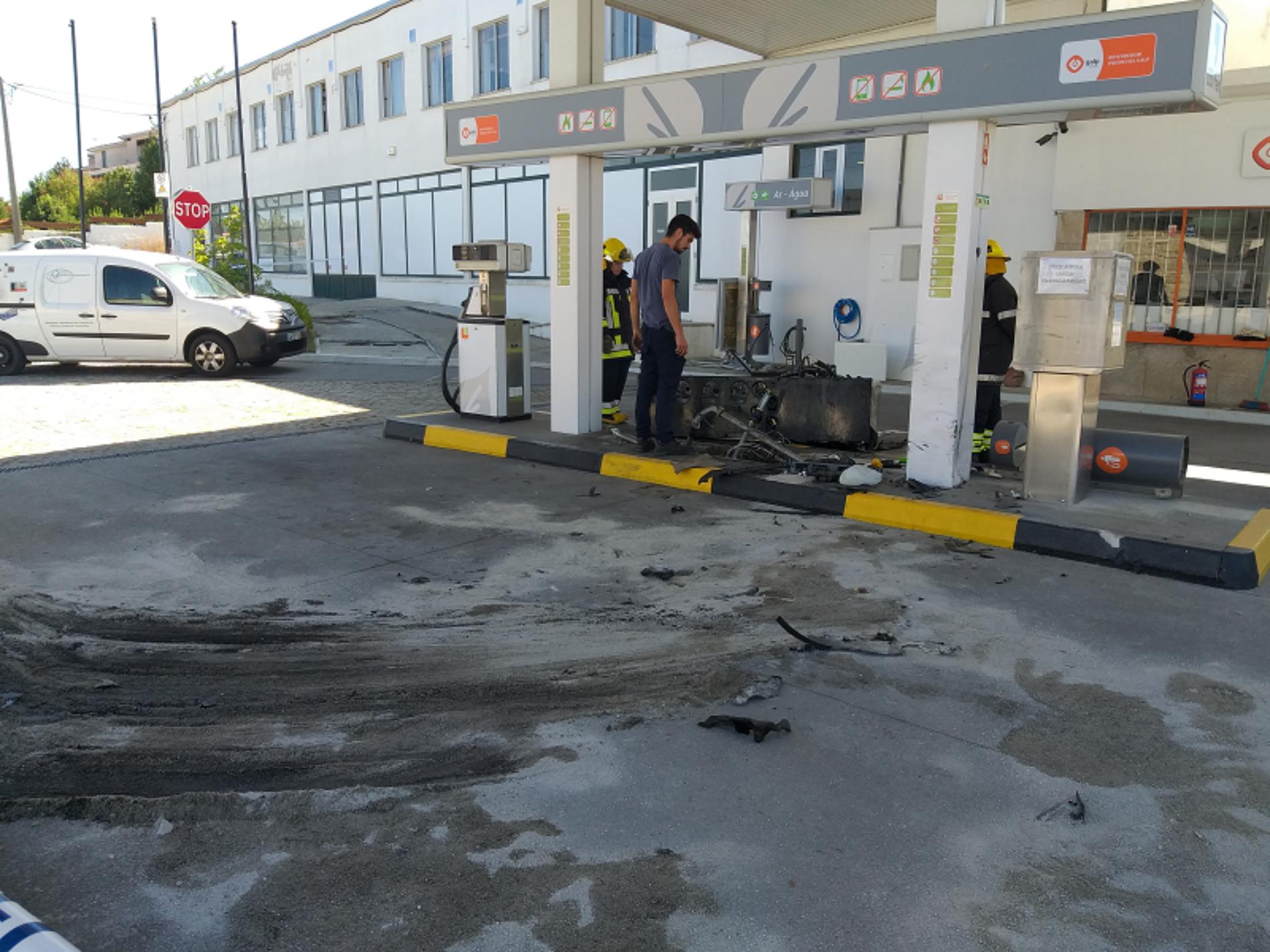 Mulher despista-se e embate contra posto de combustível em Oliveira do Hospital (com vídeo)