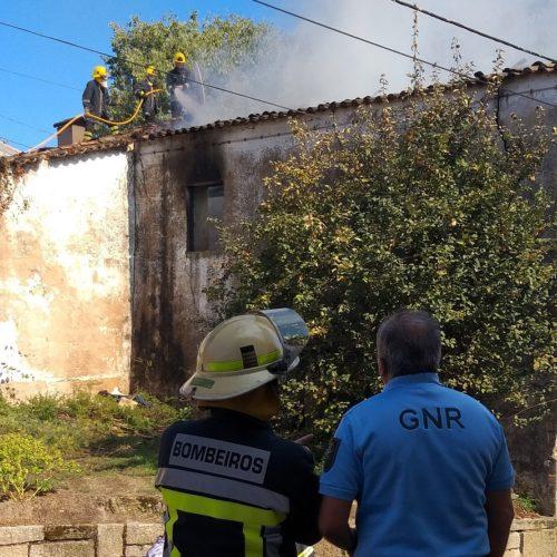 Incêndio destrói casa devoluta na cidade de Oliveira do Hospital (com vídeo)