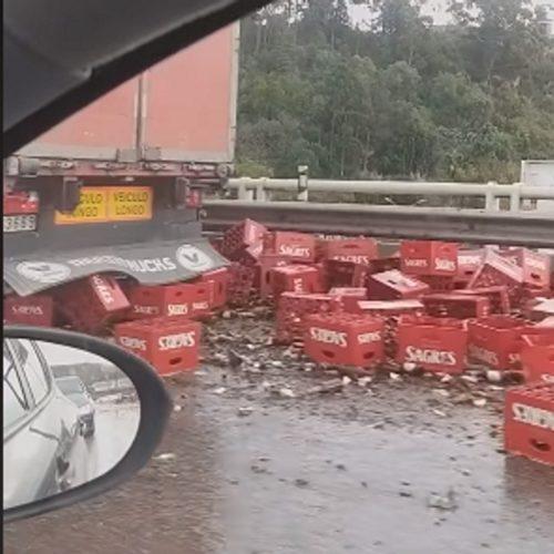 Camião despistou-se e espalhou centenas de garrafas de cerveja no IC2 (com vídeo)