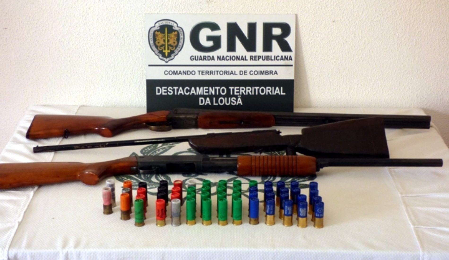 GNR apreendeu três caçadeiras e 53 cartuchos e deteve jovem na sequência de ameaça