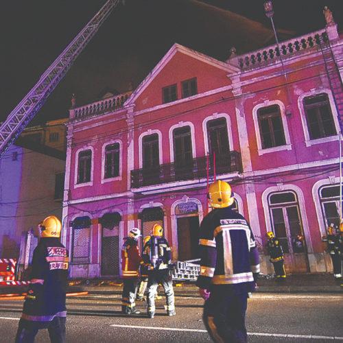 Incêndio atingiu prédio devoluto na Baixa de Coimbra