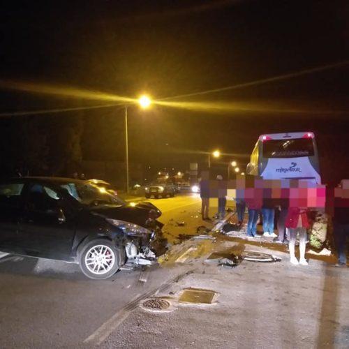 Acidente entre veículo ligeiro e autocarro na Reta da Salinha