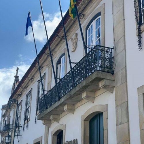 Covid-19: Câmara de Mangualde coloca bandeira a meia haste pelo falecimento de sete pessoas