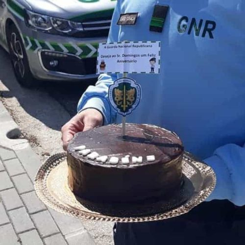 GNR entrega remédios a idoso e leva bolo surpresa para o seu aniversário
