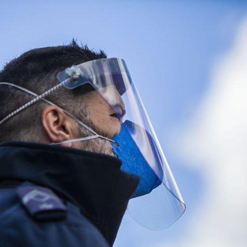 Médicos alertam que viseiras não substituem máscaras