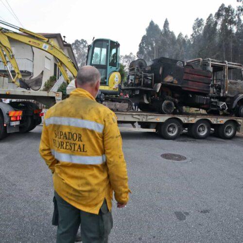 Incêndio em Valongo causou queimaduras a três bombeiros e destruiu viatura